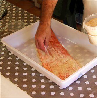 How to prepare smoked salmon at home