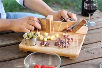Guillotine for sausage and saucisson with a tray